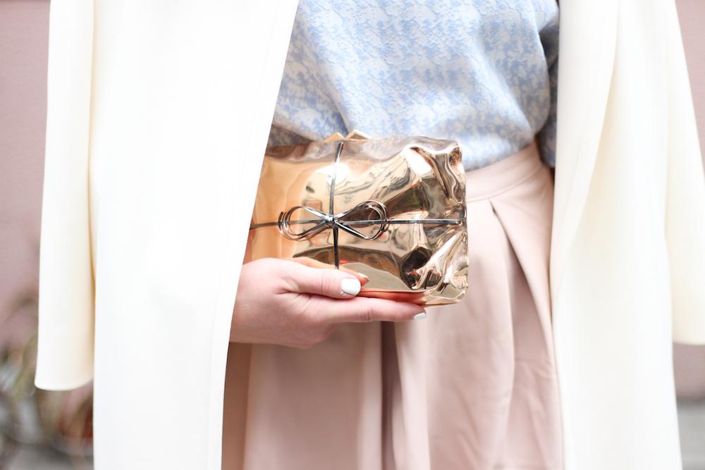 BENEDETTA-BRUZZICHES-rosegold-mettalic-clutch-outfit-fashionblog-blogger-sara-bow