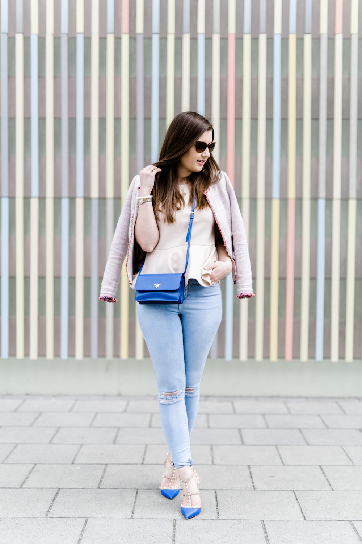 Sara_Bow_Youtubekanal_Prada_jeans_outfit_Inspiration_Valentino_blau_rockstud