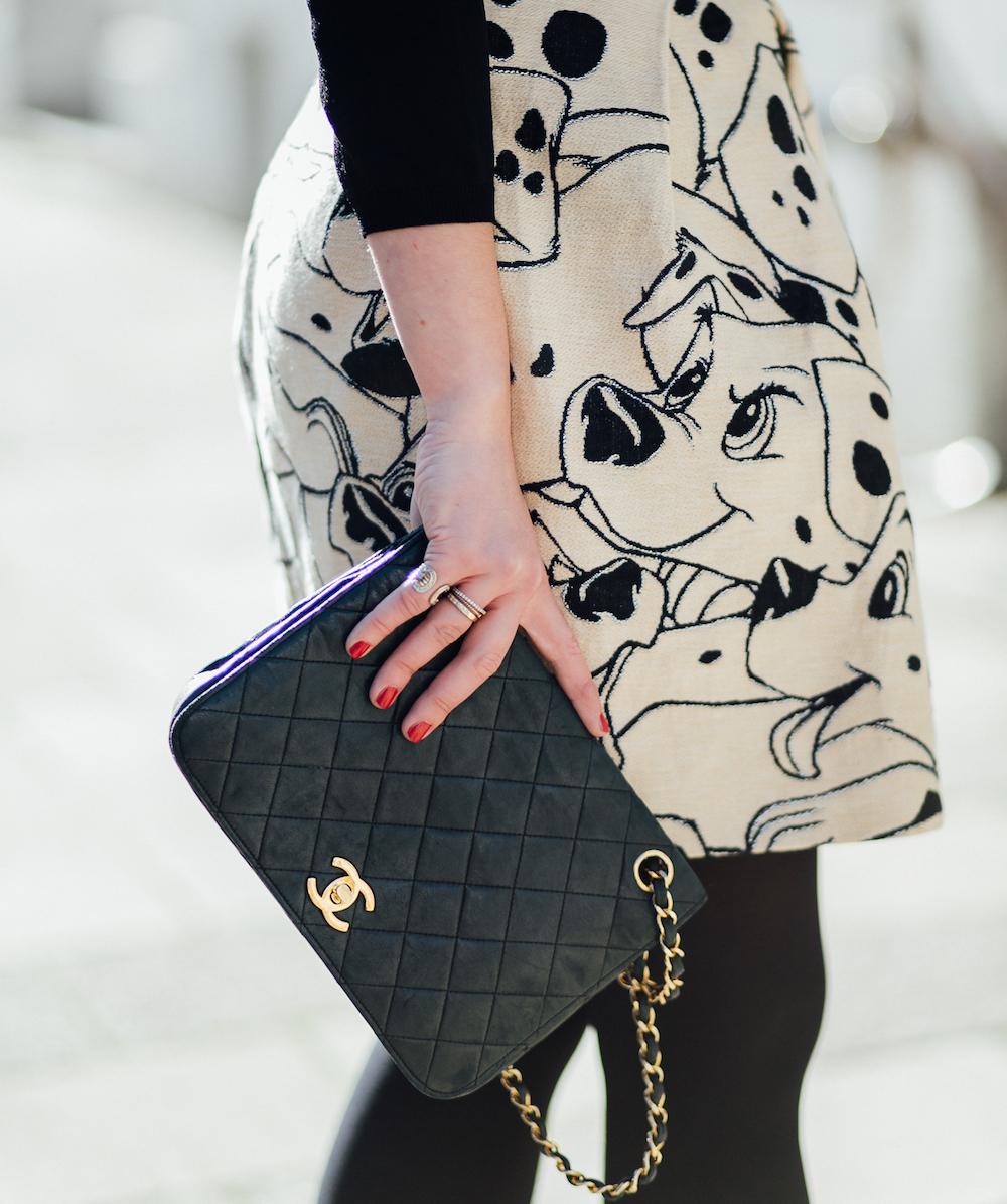 klassische-chanel-tasche-schwarz-logo-outfit-inspiration
