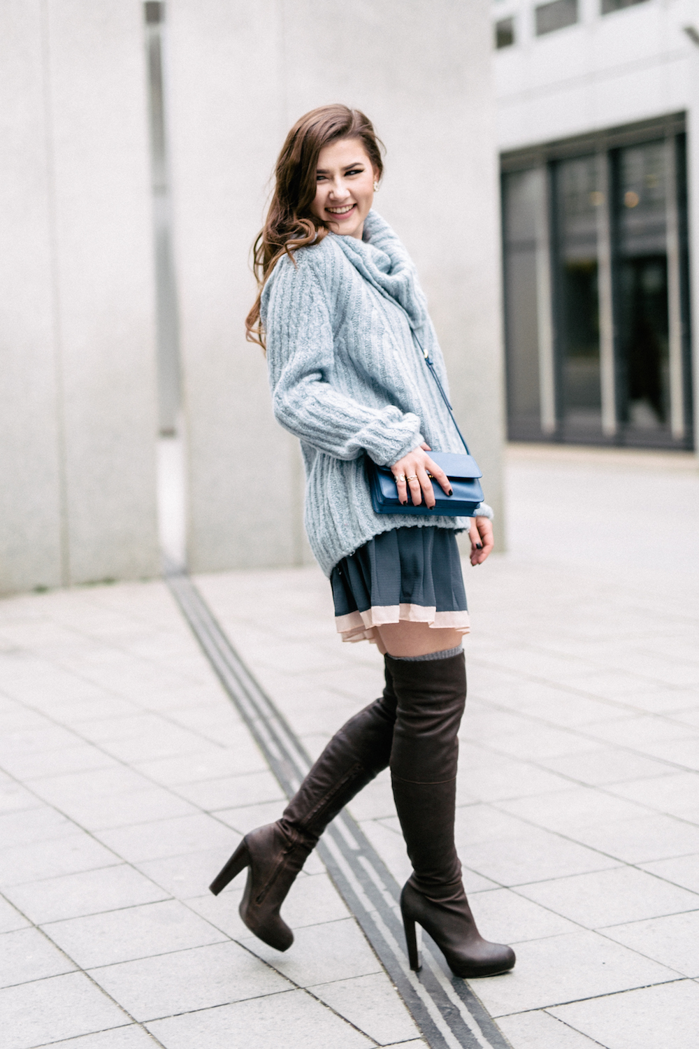 sara-bow-blauer-wollpulli-overknee-outfit