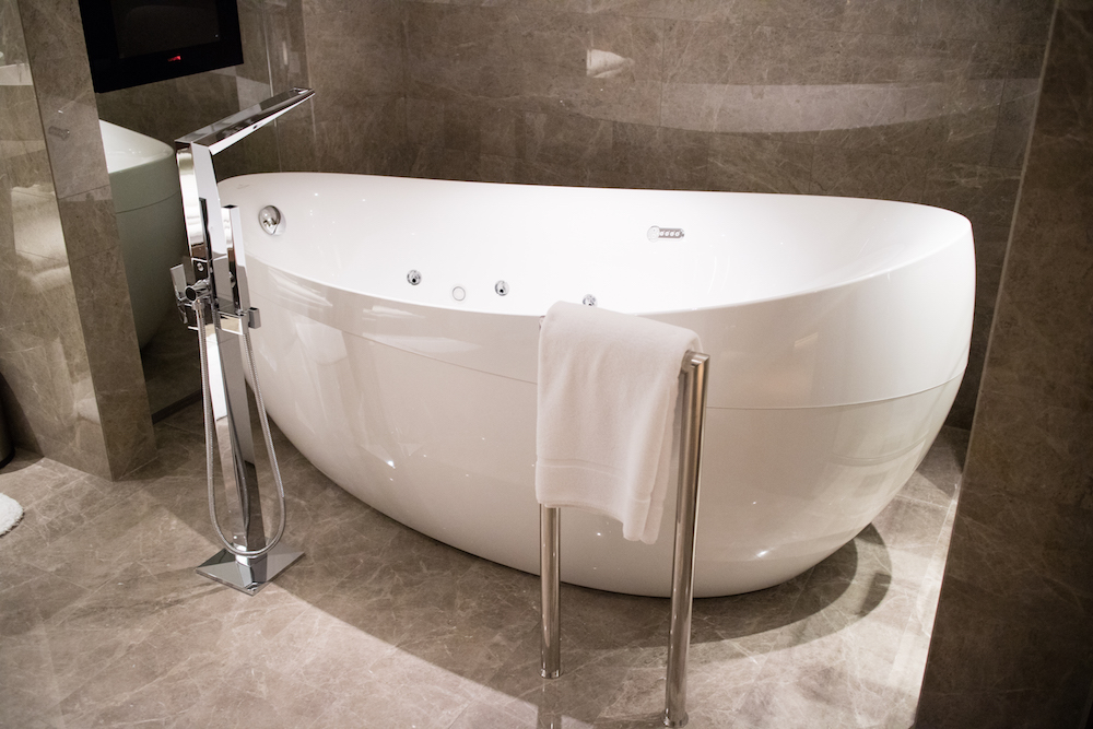 luxury-bath-tube-grand-hyatt-taipei-suite