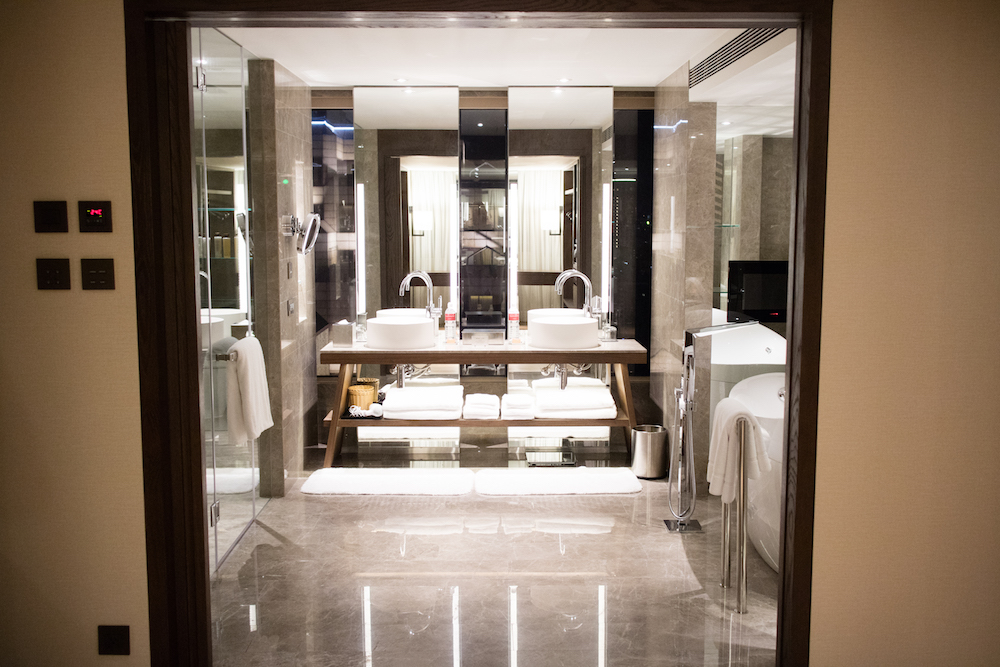luxury-hotel-bathroom-grand-hyatt-taipei-guide-hotel-tour