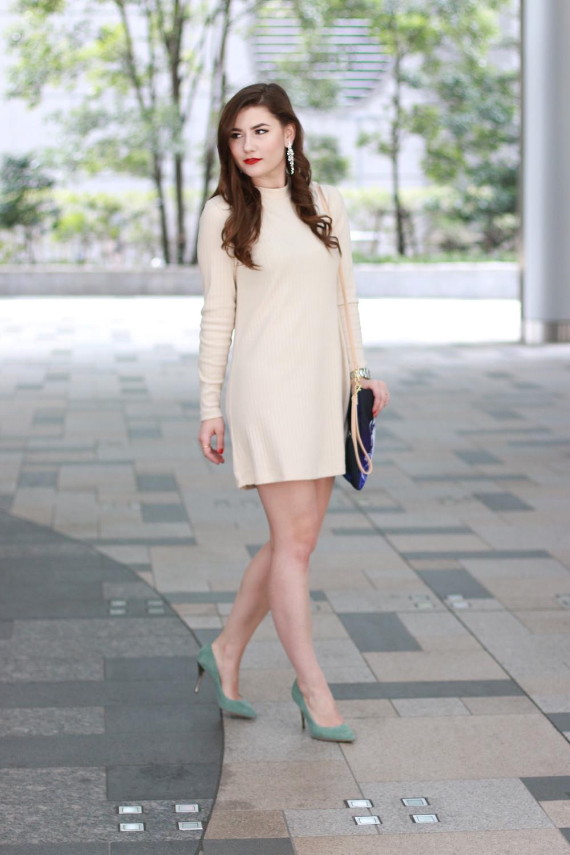 schlichtes-beige-kleid-elegant-abend-outfit-abendessen