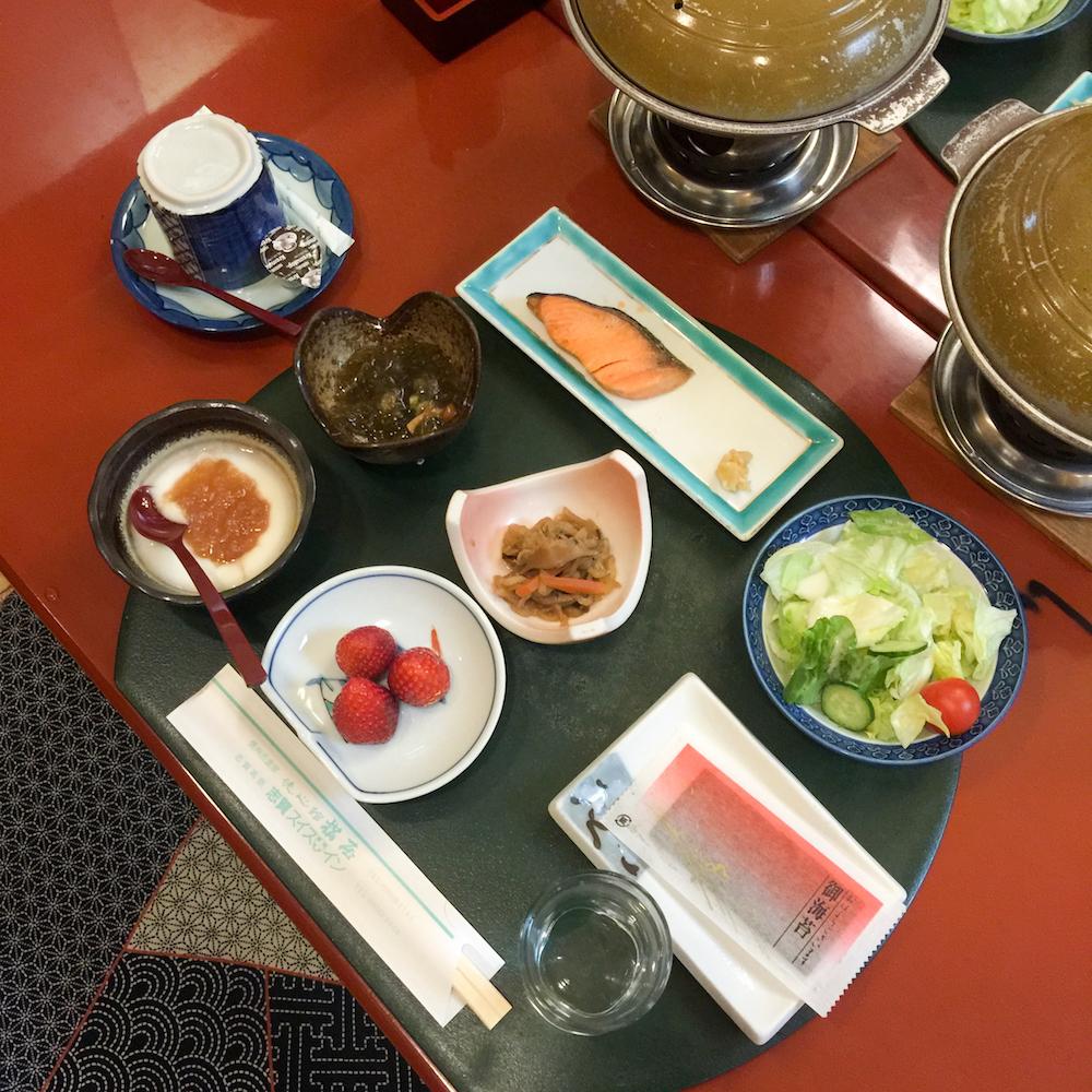 traditionelles-japanisches-fruehstueck-reis-fisch-obst