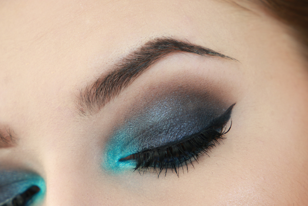 blau-schwarz-smokey-eyes-look