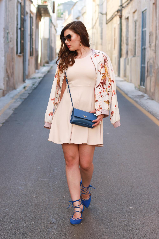 blaue-prada-tasche-outfit-kaufen