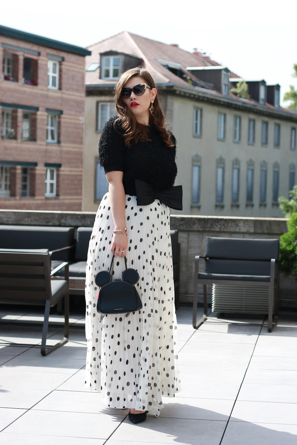 sara-bow-schwarz-weiss-outfit-berlin-fashionweek-coach-tasche