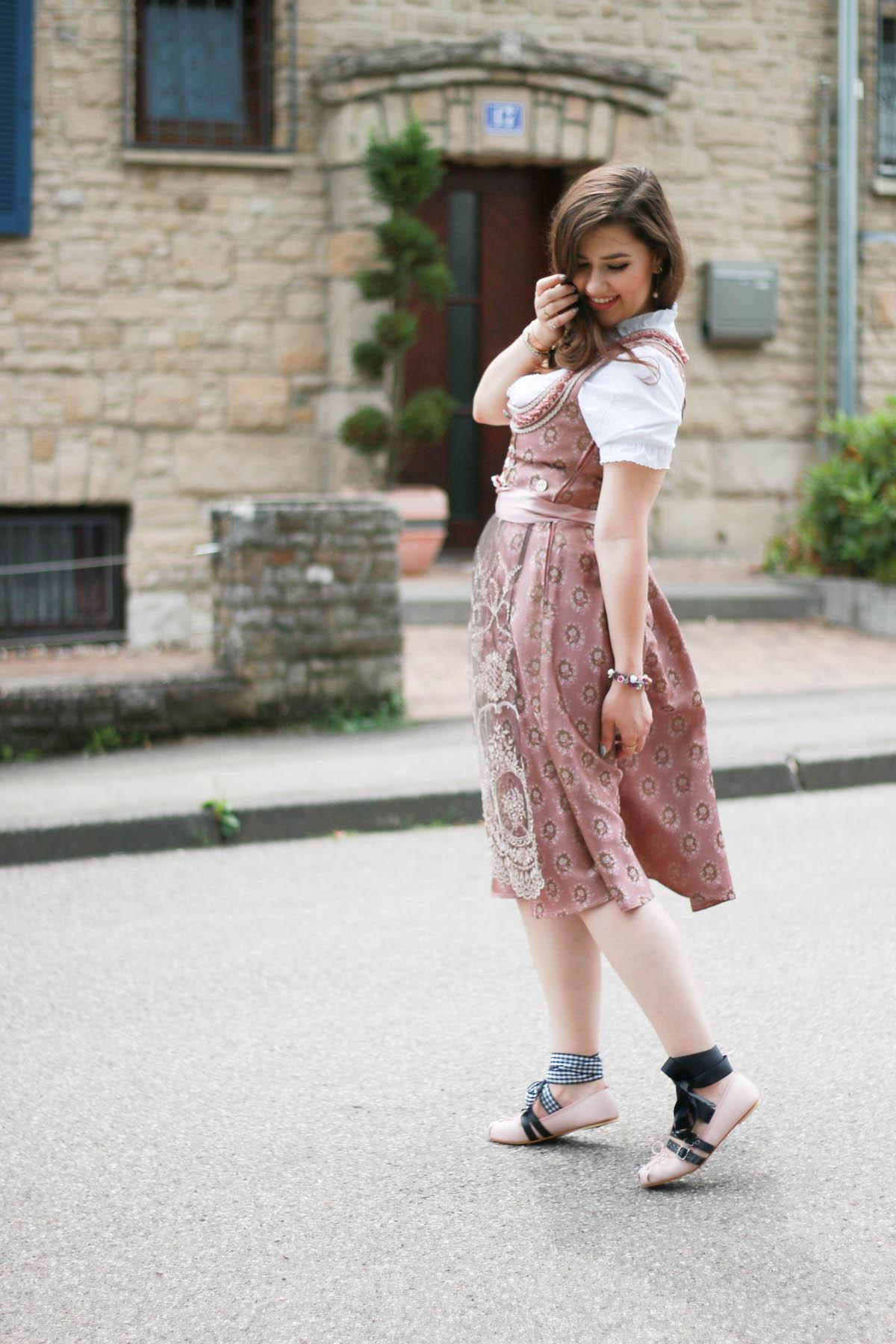 dirndl-look-outfit-mit-miumiu-ballerinas-rosa-altrosa