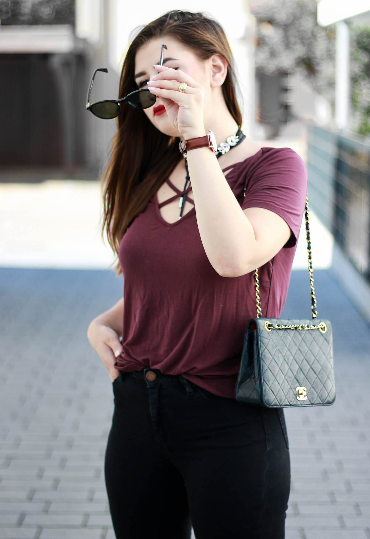 outfit-mit-daniel-wellington-uhr-und-lunor-sonnenbrille-schwarz