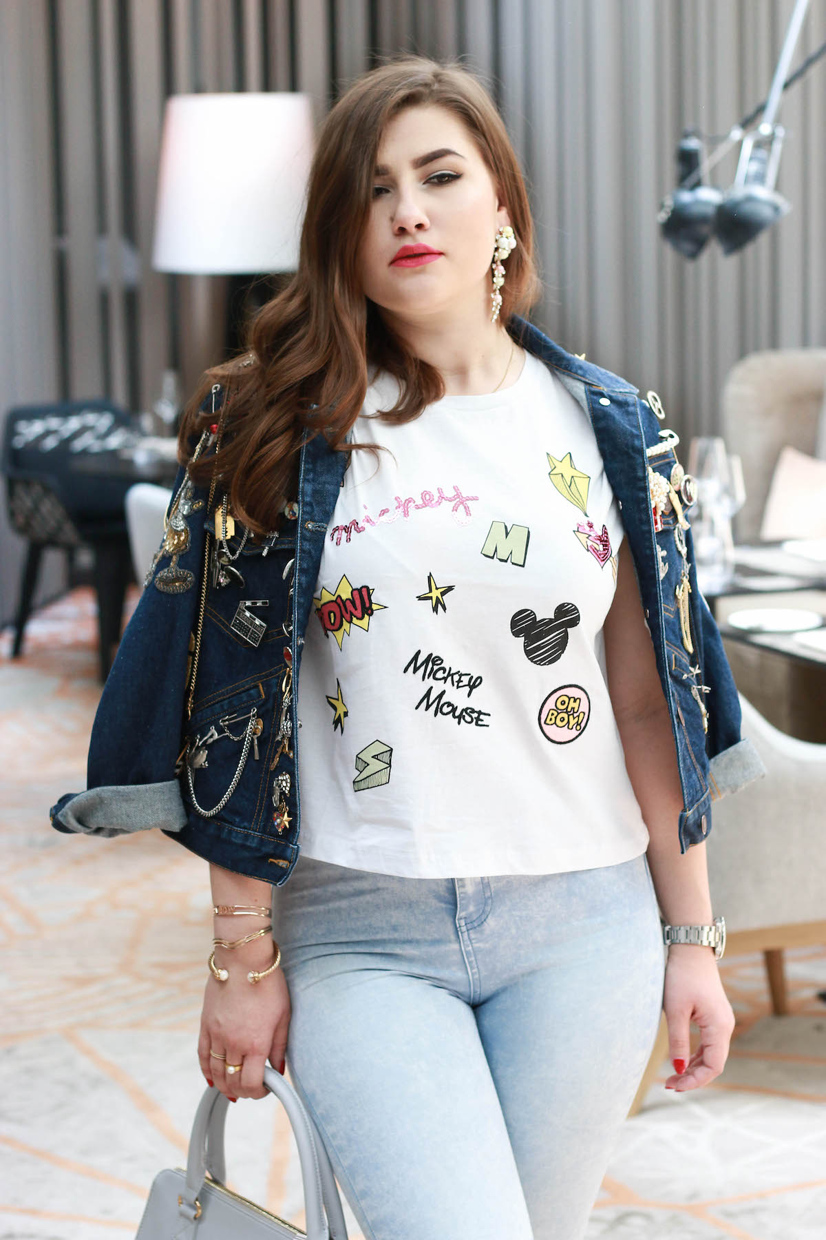 sara-bow-disney-outfit-tshirt-marc-jacobs-jeans-jacke
