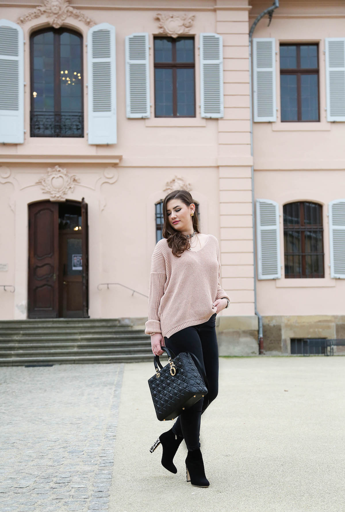 sara-bow-outfit-mit-oversize-strickpullover-rosa-kombinieren