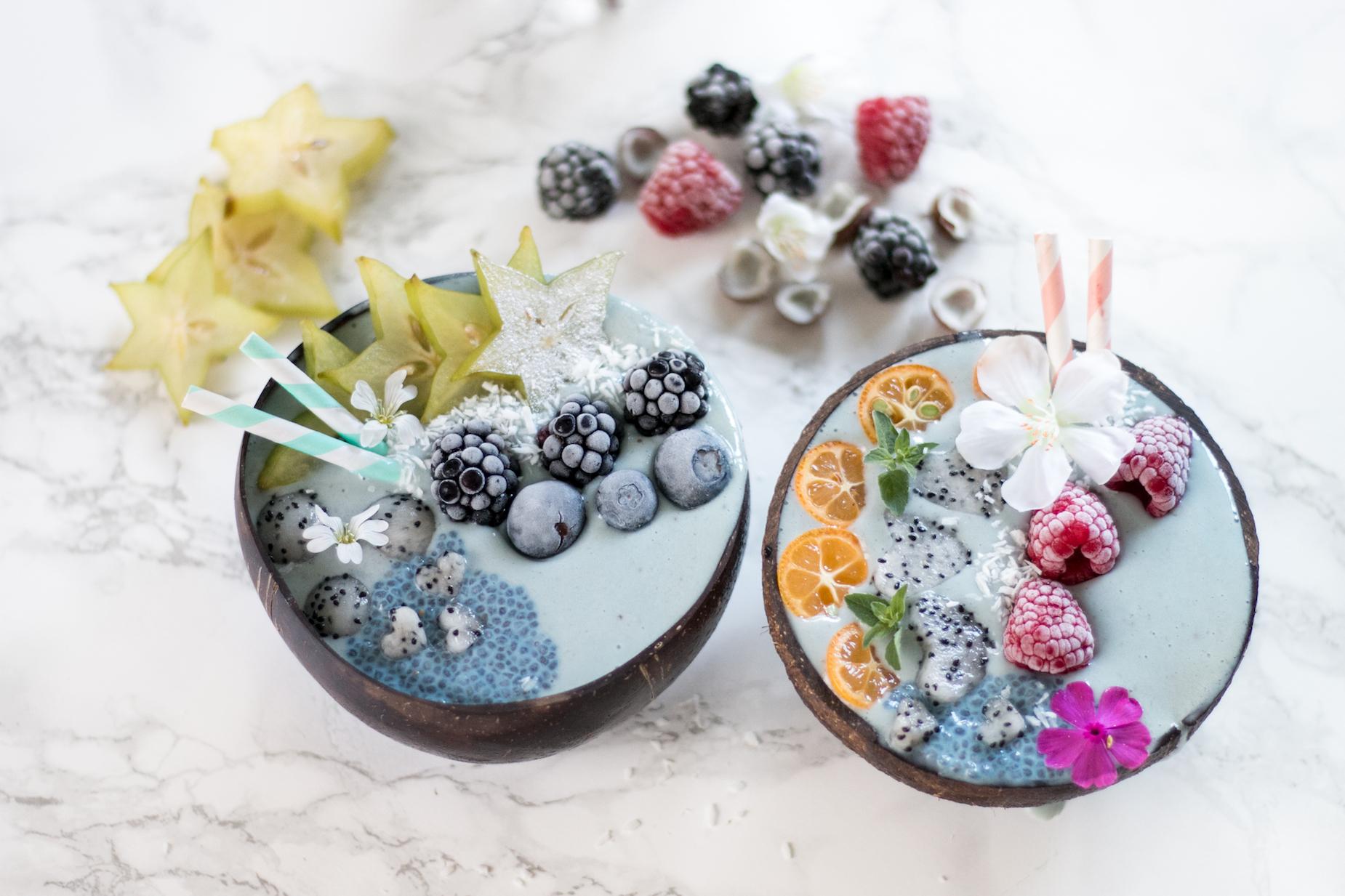 blaue Smoothie Bowl perfekt als Frühstück oder Dessert an heißen Sommertagen. Sieht nicht nur hübsch aus, sondern ist auch noch richtig gesund!