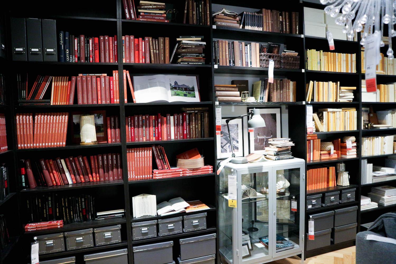 ikea bibliothek inspiration rote buecher nach farben sortieren sara bow. Black Bedroom Furniture Sets. Home Design Ideas